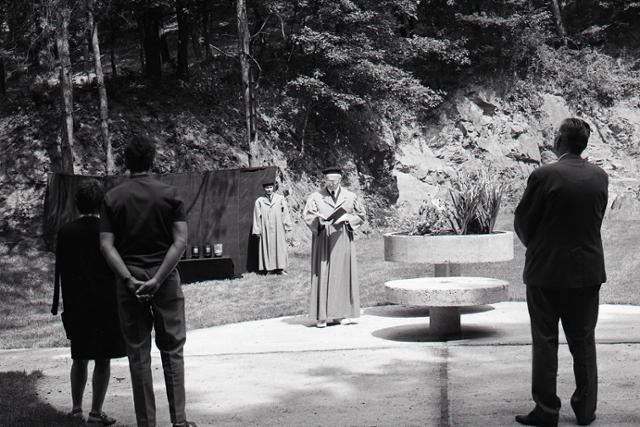 Rok 1973: Bratislavské krematórium má rozptylovú lúčku - fotografie - Vtedy