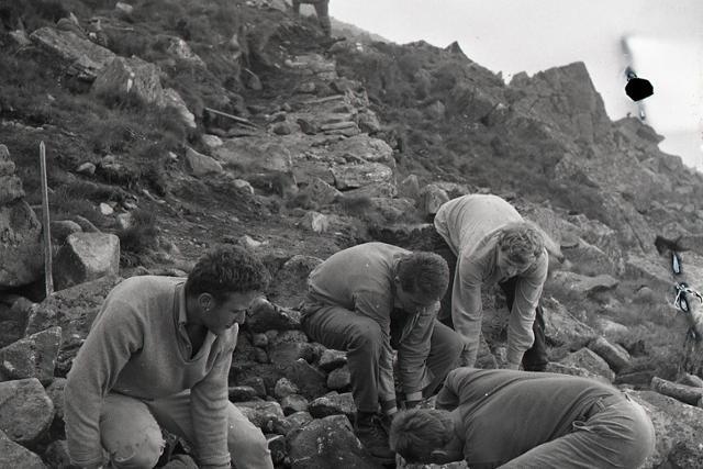 Rok 1967: Vysokoškoláci budujú turistický chodník na Chopku  - fotografie - Vtedy