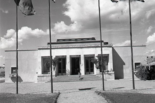 Rok 1958: Kultúrny dom pre Štvrtok na Ostrove - fotografie - Vtedy