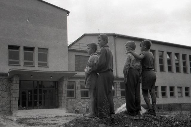 Na Slovensku pribúdajú nové budovy škôl - fotografie - Vtedy