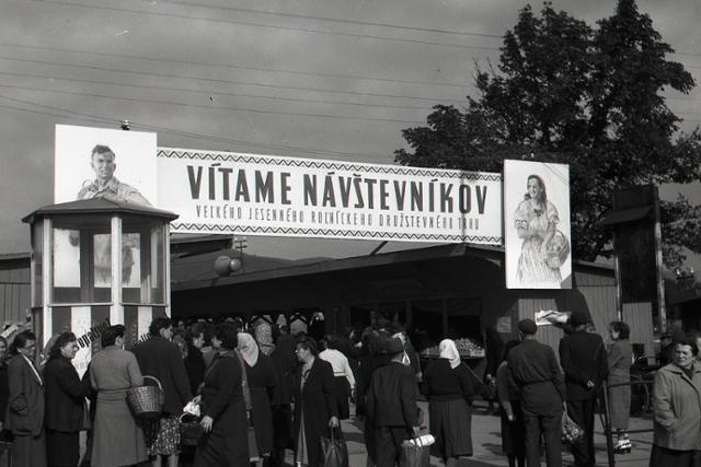 Rok 1954: Mestské jesenné trhy - fotografie - Vtedy