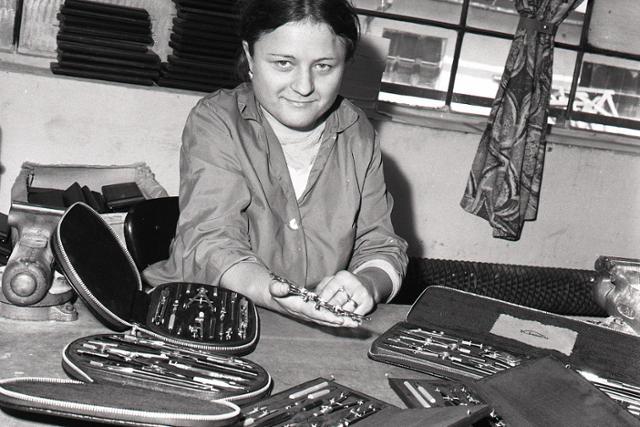Rok 1976: V Bytči vyrábajú kružidlá pre školákov - fotografie - Vtedy